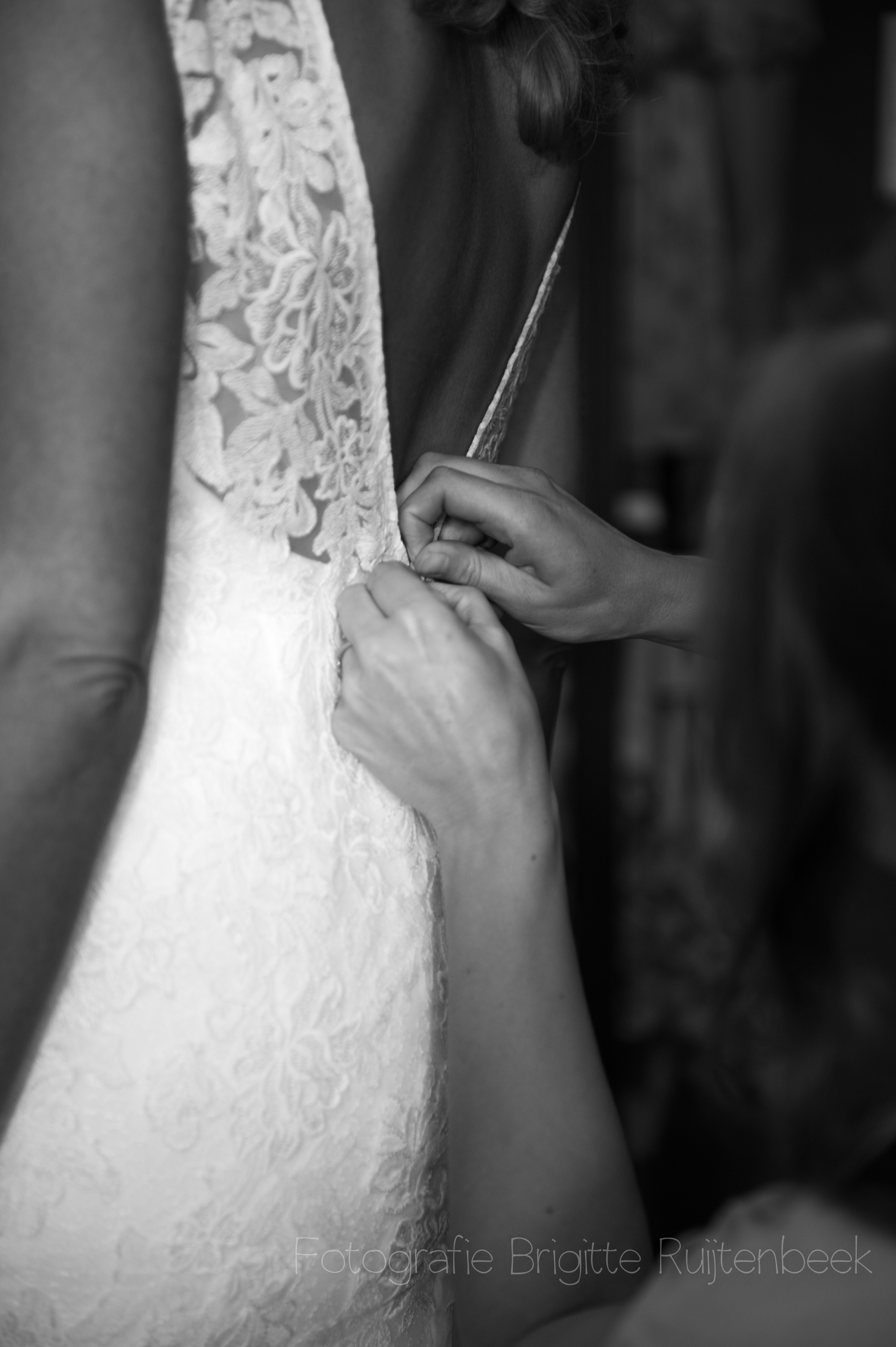 Bruidsjurk wordt dichtgeknoopt
