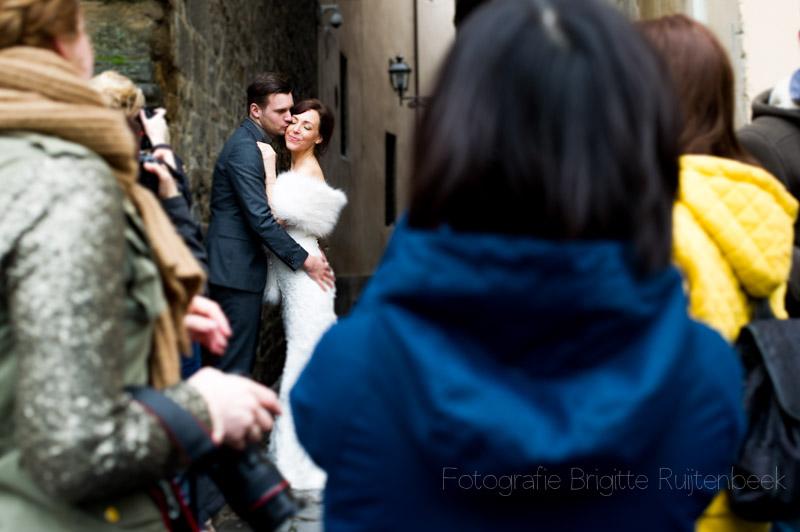 Bruidspaar bleef cool ondanks de aandacht van vele omstanders.