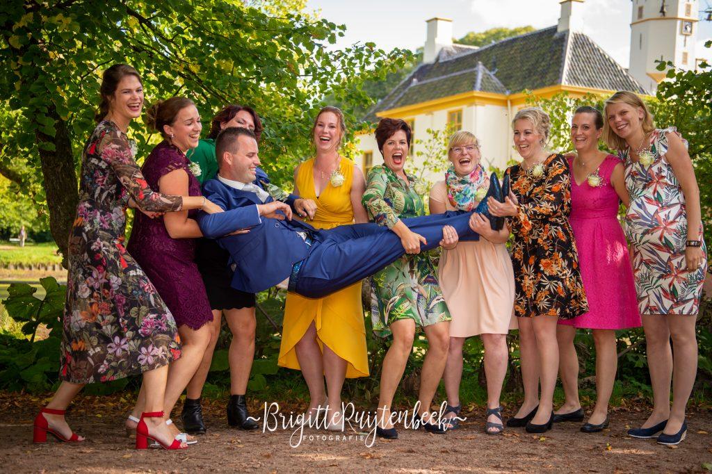 Groepsfoto van vrouwen met bruidegom