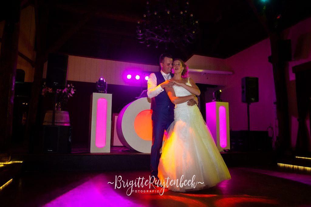 Bruidspaar danst openingsdans