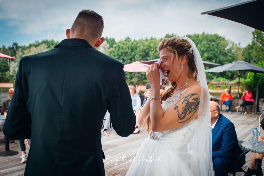 lachende bruid met tranen tijdens plechtigheid