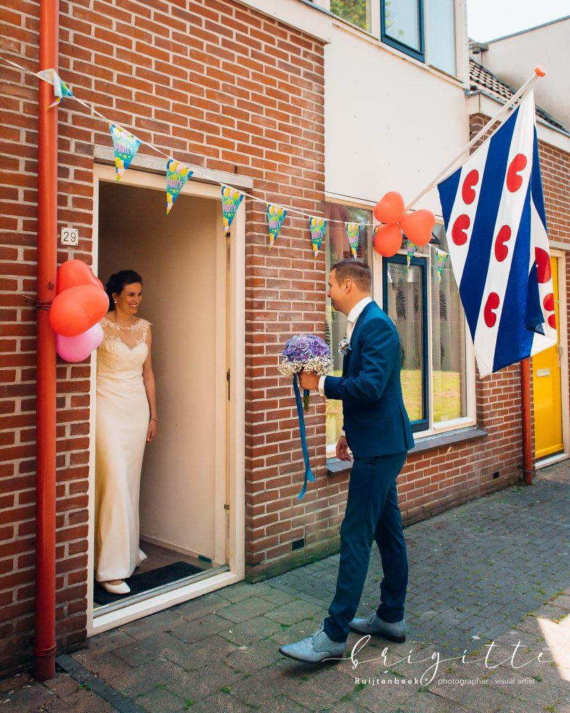 Bruidegom belt aan bij bruid