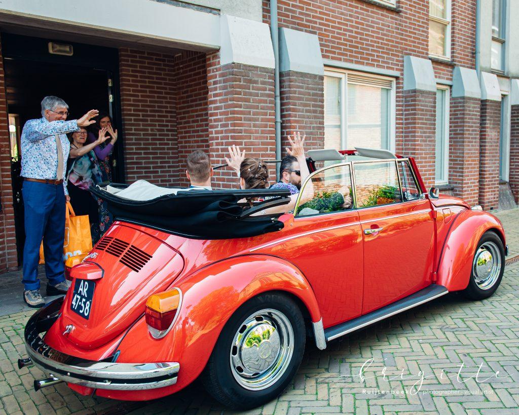 Bruidspaar vertrekt in Volkswagen Kever